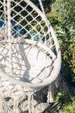 Chaise blanche de corde dans le jardin Plan rapproch? images stock