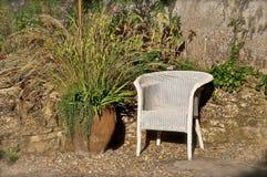 Chaise blanche de Lloyd Loom photographie stock libre de droits