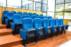 Chaise bleue dans la conception de cours de cuisine Photos stock
