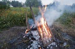 Chaise brûlant dans le feu Photo stock