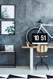Chaise classique en bois au bureau Images stock