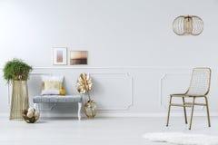 Chaise d'or de filet en métal Photo stock