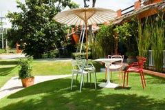 Chaise dans le jardin. Photos libres de droits