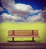 Chaise dans le jardin avec les nuages et le ciel bleu Images libres de droits