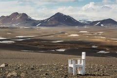Chaise dans les montagnes avec vue sur les courbures des collines, IC image stock