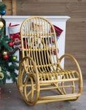 Chaise de basculage à côté de cheminée avec l'arbre de Noël Photographie stock libre de droits