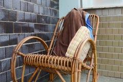 Chaise de basculage avec la serviette et l'oreiller Photo stock