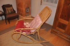 Chaise de basculage en bois dans le rétro intérieur simple rural de vintage photographie stock libre de droits