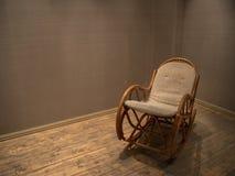 Chaise De Basculage En Osier Dans La Chambre Vide Avec Le Plancher Bois Photos Libres