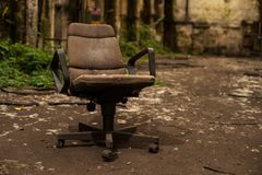 Chaise de bras de bureau dans le hall abandonné d'industrie images stock