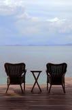 Chaise de bras sur la terrasse au bord de la mer images stock