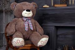 Chaise de cheminée de meubles de pièce d'ours de nounours de studio un cadeau de jouet Photos libres de droits