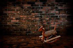Chaise de cheval, les vieux murs de briques rouges et planchers Photos stock