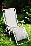 Chaise de corps de chaise longue dans le jardin d'été photo libre de droits