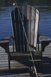 Chaise de Muskoka par le lac Images stock