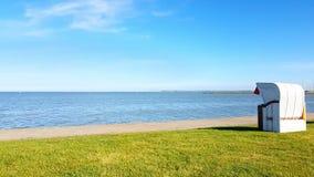 Chaise de panier sur la plage de pelouse à la Mer du Nord image stock
