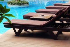 Chaise de piscine dans la station de vacances. Image libre de droits