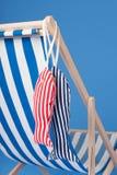 Chaise de plage bleue image stock