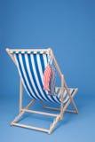 Chaise de plage bleue images stock