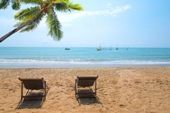 Chaise de plage de couples photographie stock libre de droits