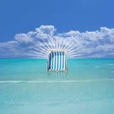 Chaise de plage dans l'eau Images libres de droits