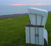 Chaise de plage simple sur le pré vert Image libre de droits