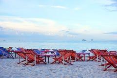 Chaise de plage sur le sable au-dessus du ciel nuageux Photo stock