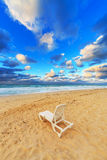 Chaise de plage sur une plage Photos libres de droits