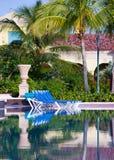 Chaise de plage vide avant piscine Image stock