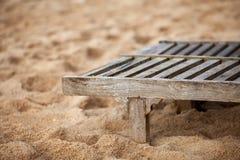 Chaise de plate-forme en bois vide sur la plage Photographie stock libre de droits