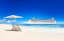 Chaise de plate-forme sur la plage et la croisière Images libres de droits