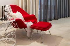 Chaise de relaxation avec la table de côté d'hexagone Photographie stock