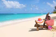 Chaise de repos avec le sac, le chapeau, les bascules et les lunettes de soleil sur ensoleillé Photos libres de droits