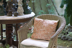 Chaise de rotin avec le coussin de modèle de fleur image libre de droits