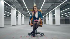 Chaise de roulement avec des confettis de lancement de dame fatiguée de bureau banque de vidéos