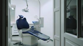 Chaise dentaire dans le bureau dentaire clips vidéos