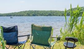 Chaise emty de vacances de côté de plage photos stock