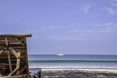 Chaise en bambou par la mer pour que le siège voie la vue et le yacht en mer photographie stock