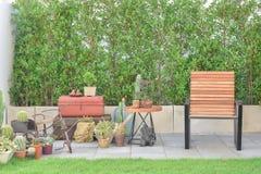 Chaise en bois à l'espace extérieur avec des usines Image libre de droits