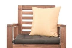 Chaise en bois avec le coussin photos libres de droits