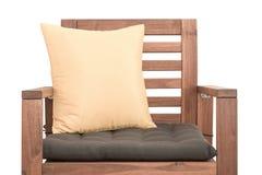 Chaise en bois avec le coussin photographie stock