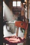 Chaise en bois avec un découpage en forme de coeur dans un faisceau de lumière Image stock