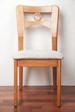 Chaise en bois contre un mur blanc, photo de plan rapproché images libres de droits