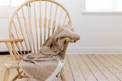 Chaise en bois de style campagnard avec la couverture et l'espace texturisés de jet Photos stock