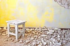 Chaise en bois de vieux vintage dans une salle grunge abandonnée Images stock