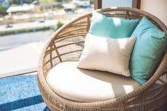 Chaise en bois en osier ronde avec les oreillers blancs de coussin et de confort photographie stock libre de droits