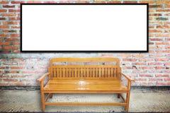 Chaise en bois sur la rue âgée avec la texture de mur en béton Photo stock