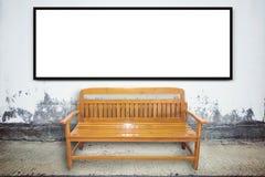 Chaise en bois sur la rue âgée avec la texture de mur en béton Photographie stock libre de droits