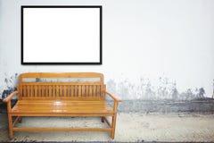 Chaise en bois sur la rue âgée avec la texture de mur en béton Photographie stock