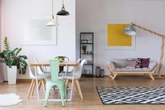 Chaise en bon état à la table de salle à manger Image libre de droits